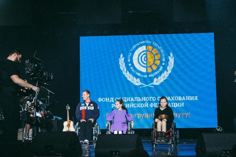 Вика Цыганова спела с детьми-инвалидами из АРДИП и вручила инновационные коляски АРДИП