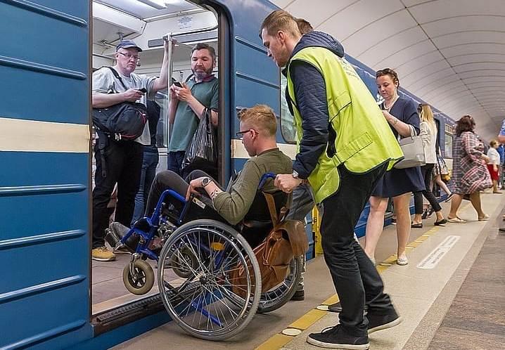 В метро Москвы работают сотрудники по обеспечению мобильности граждан АРДИП
