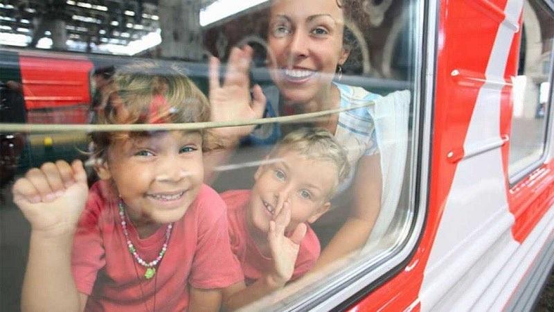 Школьники до конца года могут выгодно ездить на поездах дальнего следования, оплатив только половину стоимости билета. АРДИП